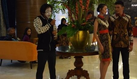 Teaterikal Senja di Andrawina Nuansa Peragaan Busana di The Alana Hotel