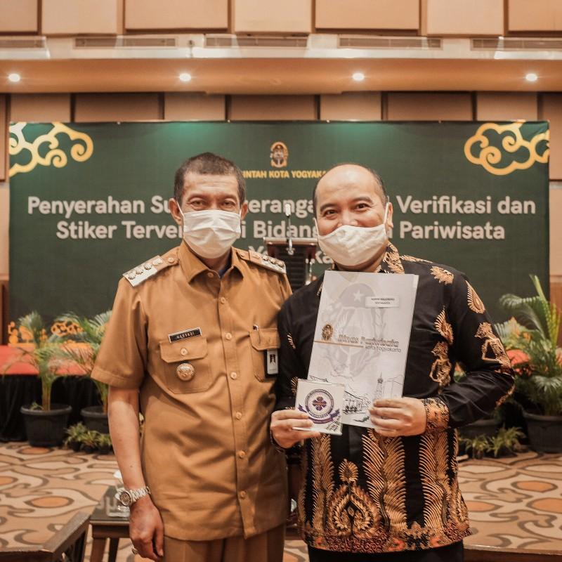 Harper Malioboro Yogyakarta Mendapatkan Surat Keterangan Hasil Verifikasi dan Stiker Terverifikasi Bidang Usaha Pariwisata Kota Yogyakarta dari Pemerintah Kota Yogyakarta