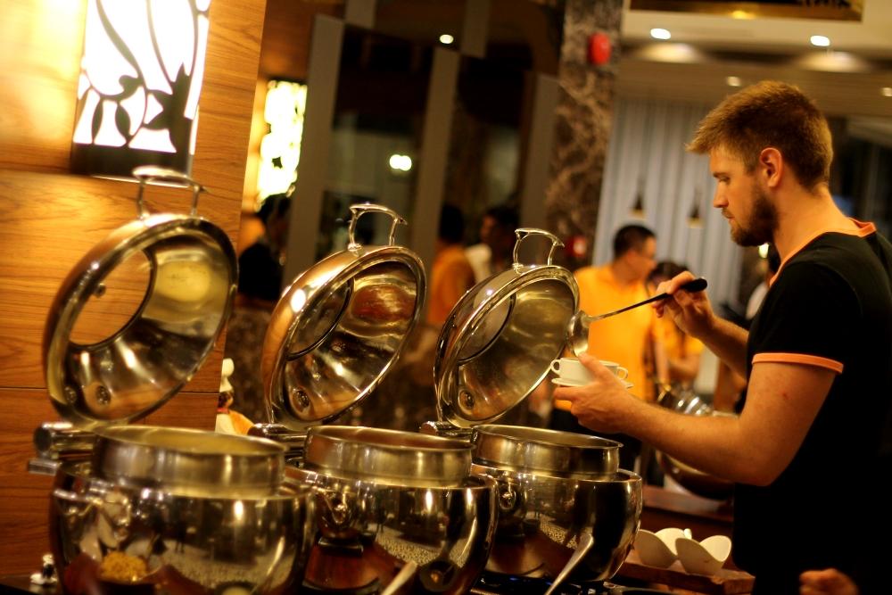 HARPER Mangkubumi Menawarkan Kuliner Buffet Dinner Special.