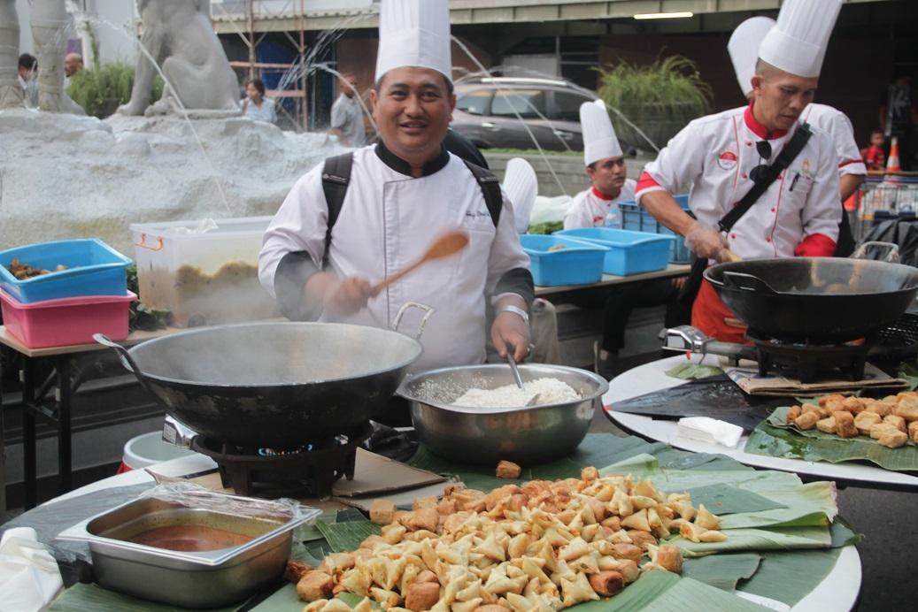 Jogja City Mall Bagikan 1438 Porsi Nasi Kebuli Kepada Pengunjung