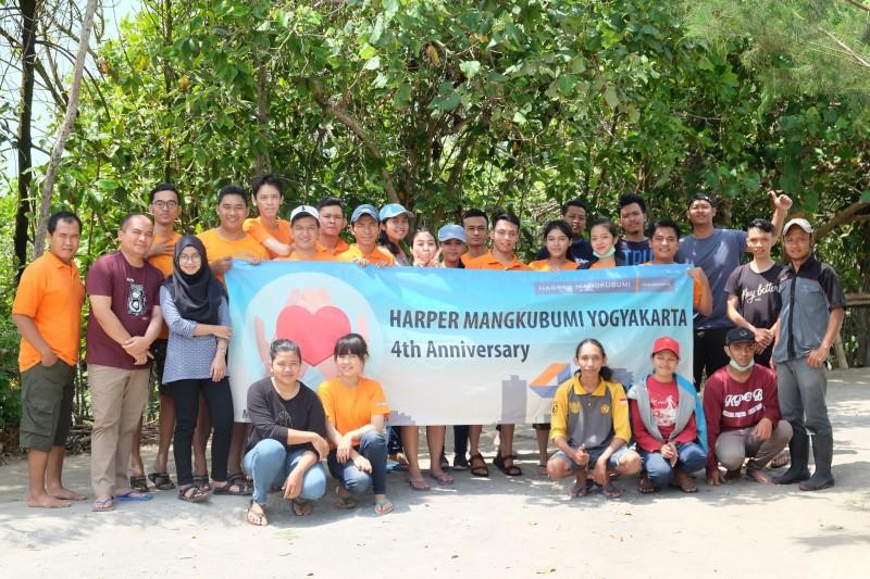 Selamatkan ekosistem pesisir, Harper Mangkubumi Yogyakarta melakukan aksi tanam 400 bibit pohon Mangrove