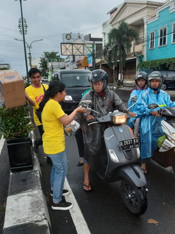 Pasukan SAE Berbagi Takjil Di Sudut Kota Jogja