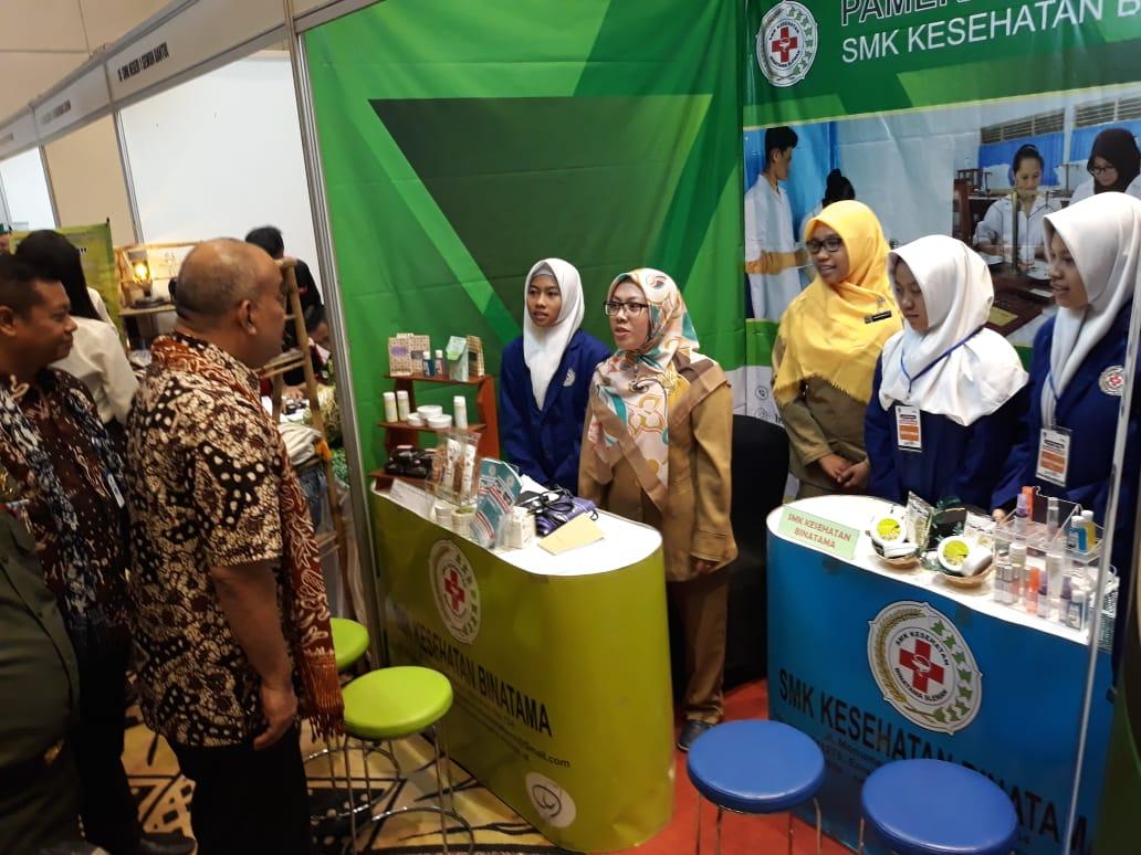 Wakil Gubernur DIY Meninjau Stand SMK Kesehatan Binatama Di Pameran Pembukaan LKS SMK – DIY 2018