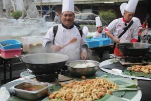 Salah_satu_chef_yang_tergabung_dalam_ICA,_sedang_memasak_nasi_kebuli.jpeg